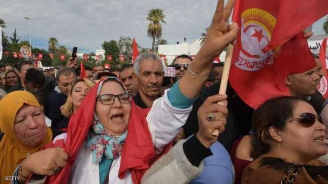 حشود الغاضبين في تونس تطالب بإسقاط الحكومة